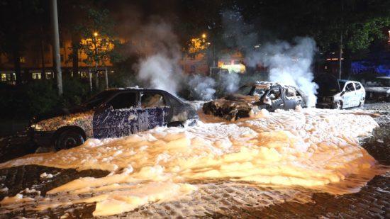 Vier Autos am Bischofsplatz ausgebrannt. Fotos: Roland Halkasch