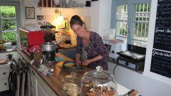 Teresa Oberle beim Kuchenbacken.
