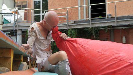 Mit riesiger Nase will Tänzer Anton Adasinsky auf den Beginn der Buden aufmerksam machen.