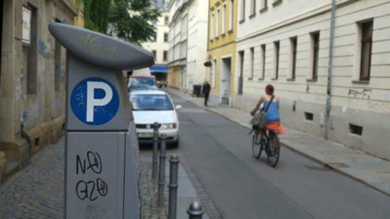 Der kann dann wohl weg. Keine Parkplätze mehr auf der nördlichen Martin-Luther-Straße. Künftig ist das Radfahren in Richtung Louisenstraße legal.