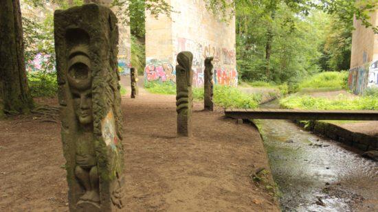Künstler gestalteten ehemals militärische Zaunpfosten zu Skulpturen.