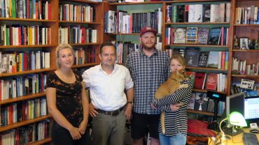 Praktikantin Eva Marie Hempfling, Chef Jörg Stübing, Lehrling Christian Hase und Mitarbeiterin Suse Roth mit Kater Myamoto Musashi.