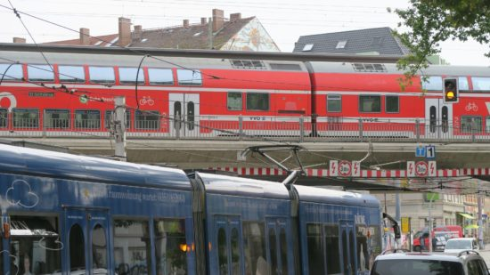 Umsteigepunkt Bischofsplatz. Die Straßenbahnlinie 13 kreuzt die S1 Richtung Schöna oder Meißen.