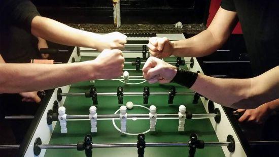 Beim Tischfussball wird zu viert gespielt.