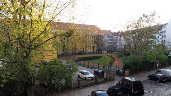 Noch unbebaut, der Hof der Zeigner-Schule von der Tieckstraße aus gesehen.