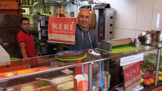 Kazim Eroğlu mit den Kekè-Tüten