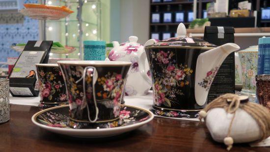 Neben 180 verschiedenen Teesorten gibt es auch Zubehör wie Kannen, Tassen und Siebe.