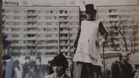 Siegfried Hellmuth als Stelzenläufer zur Faschingsfeier seines Betriebs in Dresden. Er lernte die Kunst von einem Kollegen, der im Zirkus groß geworden war.