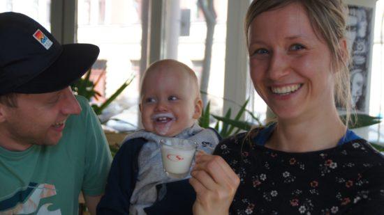 Familientreffpunkt Essebielle. Die Kleinsten lieben ihren Kinderkaffee aus geschäumter Milch