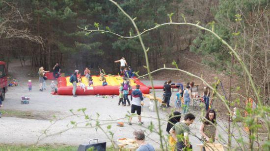 """Reges Treiben auf der Hüpfburg bei der eröffnung des Kindertreffs """"Am Jägerpark"""""""