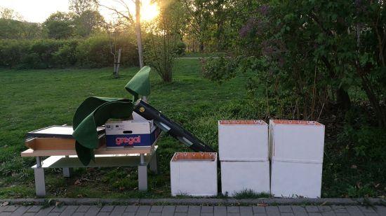 Müllinstallation am Rande des Platzes