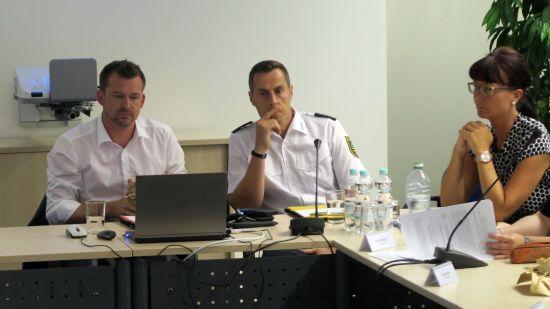 Baubürgermeister Raoul Schmidt-Lamontain, Revierleiter Matthias Imhof und Frau Schott vom Ordnungsamt.