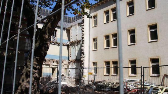 Im Hof deutet sich schon an, wie künftig die verschiedenen Gebäudeteile besser miteinander verbunden werden.