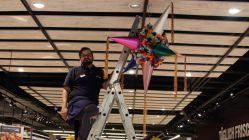 Martin Fiedler vom Simmel-Team hängt die Piñata auf.