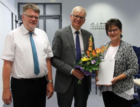 Abteilungsleiter Schulen im Landesamt für Schule und Bildung, Uwe Dreske, Bildungsbürgermeister Hartmut Vorjohann und Schulleiterin Angelika Guder (v.l.)