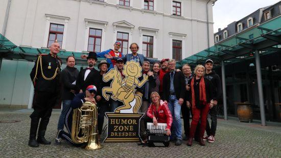 Komiker-Gruppe vor dem Kleinen Haus.