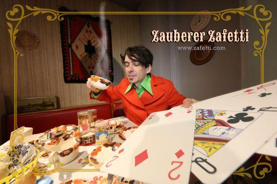 Zauberer Zafetti beim Kartenlesen. Foto: Andrej Bavtschenkov