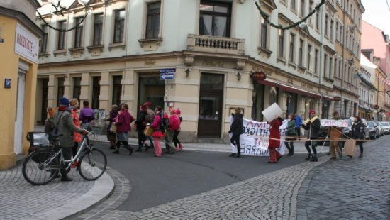 """Rechts tragen die Demonstranten ein sogenanntes """"Geh-Zeug""""."""