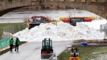 Seit heute wird der Schnee am Elbufer verteilt.