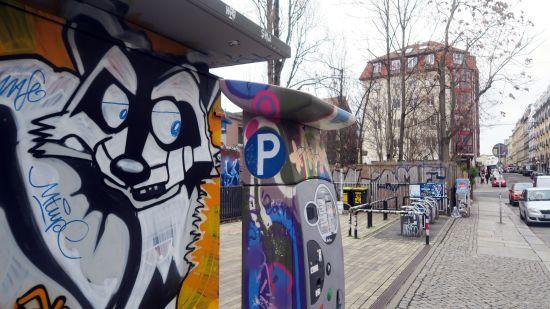 Hat künftig weniger zu sehen: Waschbär hinterm Parkautomaten an der Louisenstraße