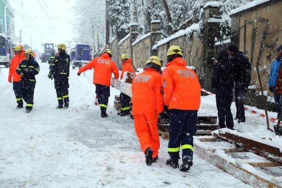 Am Nachmittag wurde das Abstützsystem aus Holz vorbereitet. Foto: Roland Halkasch