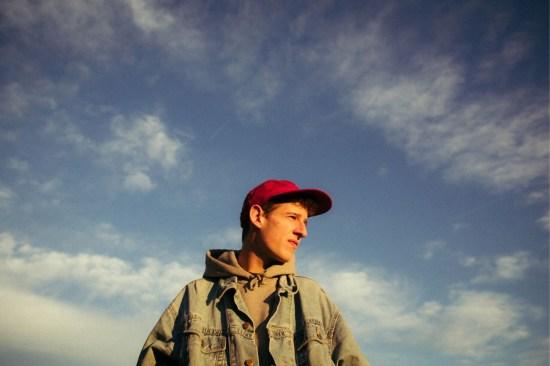 Wie die Wolken lässt Shelter Boy das Leben gerne an sich vorbei ziehen und singt darüber, was er sieht. Fotograf: Philipp Gladsome