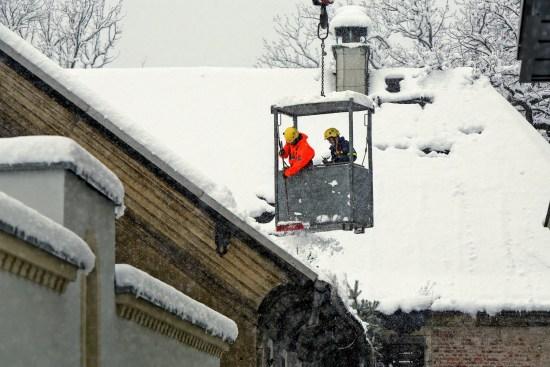 Mitarbeiter des THW befreiten das Dach vom Schnee. Foto: Roland Halkasch