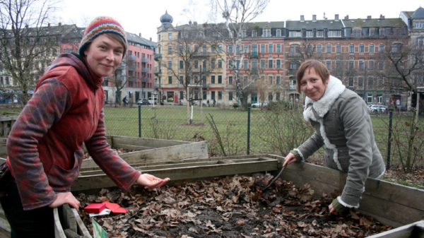 Julia Mertens und Anna Melnychuk vom gartenetzwerk Dresden laden zum Samen tauschen ein.