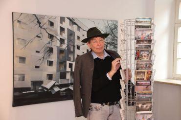 """Holger John vor einem Bild von Beate Bilkenroth """"Reicker Strasse 2"""" Öl auf Leinwand"""