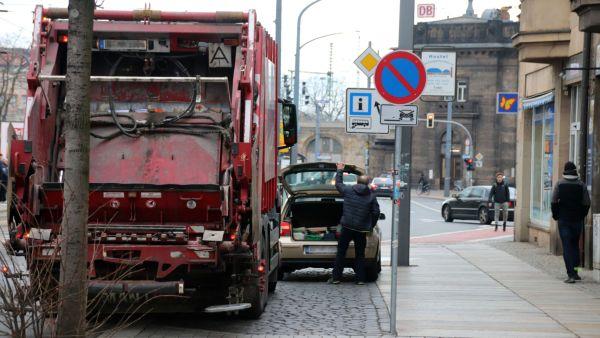 Falsch geparkte Autos verschlechtern die Sicht an der Kreuzung.