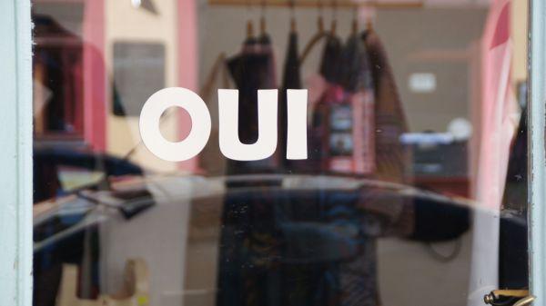 """Blick durch die Scheibe in die Ateliergemeinschaft """"Oui"""" auf der Louisenstraße"""