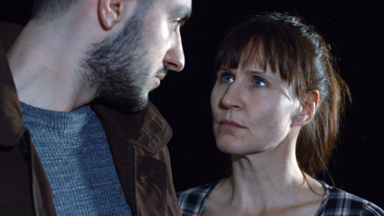 Der Schauspieler Talha Akdeniz spielt den geflüchteten Iraker Karim. Rechts ist die SchauspielerIn Dieter Rita Scholl zu sehen.