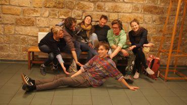 """Die Impro-Theatergruppe """"Elchtest"""": Kerstin, Nils, Melanie, Hendrik, Bene, Leila und vorn Clemens"""