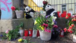 Anwohner*innen und Bekannte haben Blumen und Plüschtiere zum Gedenken an die beiden Kinder am Tatort abgelegt.