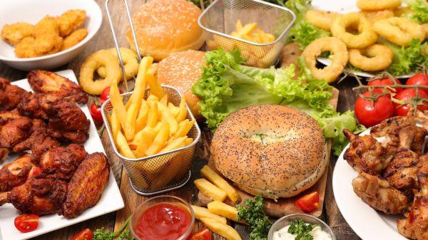 Fettig und kalorienreich, da nützt auch das Salatblatt in der Mitte nichts. Foto: @M.studio – Fotolia.com
