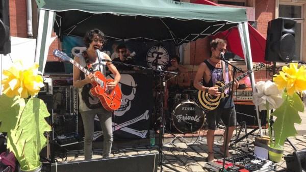 """Frivolé spielten Electro-Magic-Rock beim """"Lollatalooza"""" auf der Talstraße."""