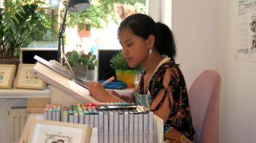 Man kann sich von Dào Ngọc Mai live zeichnen lassen.