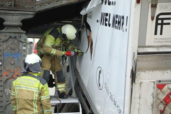 Die Feuerwehr zerlegt den Transporter, damit er geborgen werden kann. Foto: Roland Halkasch