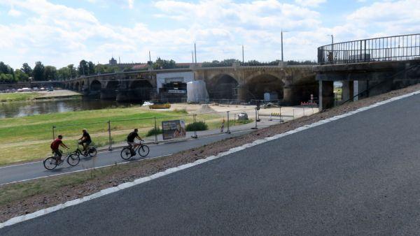 Der Radweg durch die Albertbrücke ist wieder frei.