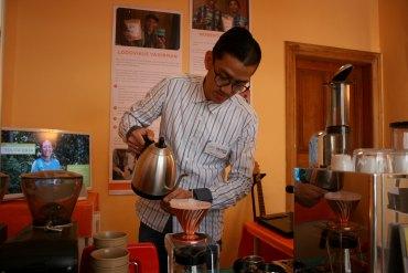 Nicolas zeigt eine Variante, Kaffee zu brühen.
