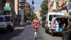 Der E-Scooter-Test für die Neustadt fällt auf der Louisenstraße holprig aus.