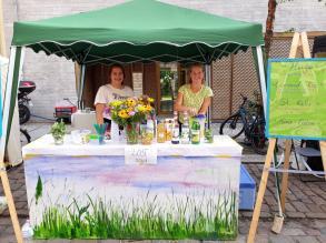 Selbstgemachte Drinks und frische Blumen auf der Hechtstraße.