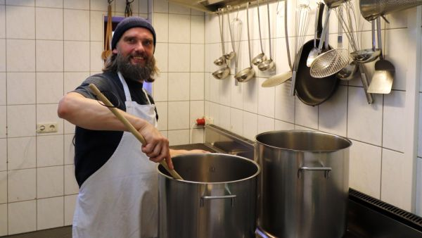 Hier rührt der Chef noch selbst im Topf - Jörg Bethge in der Suppenküche an der Prießnitzstraße.