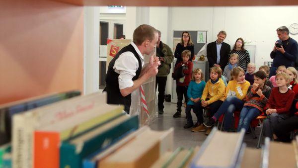 Bibliothekseröffnung mit Pantomime