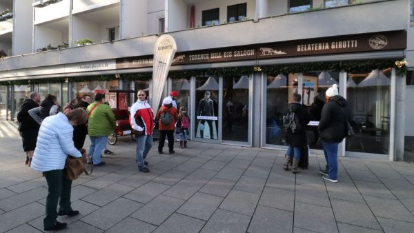 Eröffnung des Terence-Hill-Eis-Saloons auf der Hauptstraße