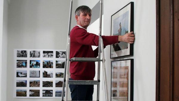 Thomas Bawolski hängt die Bilder der Ausstellung