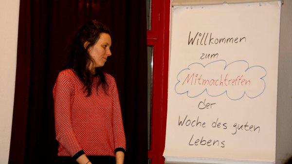 Projektkoordinatorin Judith Kleibs informiert über die Woche des guten Lebens.