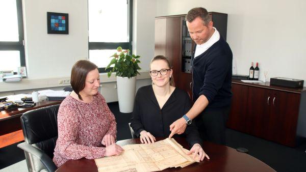 Charlott Leßmann mit Mitarbeitern der Leßmann & Wagner Immobilienmakler