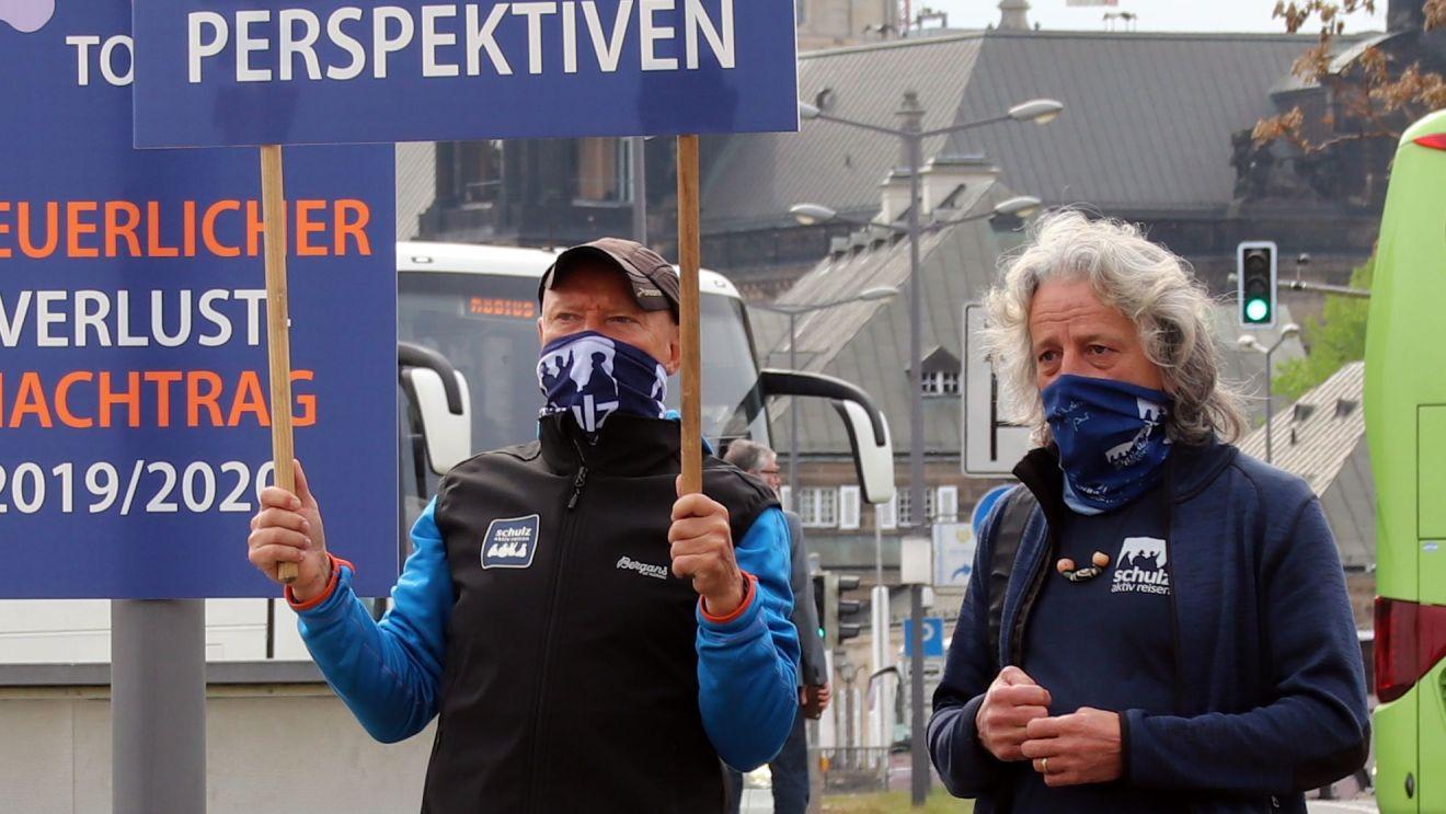 Frank Schulz demonstriert mit einem Mitarbeiter vor dem Sächsischen Landtag