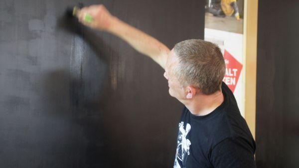 Heiki Ikkola malt die Wände des Socie schwarz - nicht seine Zukunft.